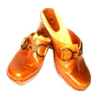 Nurture Caramel Brown Leather Clogs
